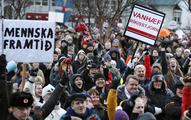Inside Job (MUST SEE!) Islande-revolution-peuple