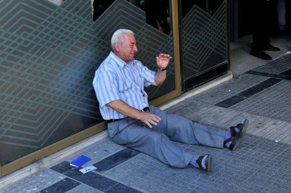 la-detresse-d-un-retraite-grec-le-3-juillet-2015-devant-une-banque